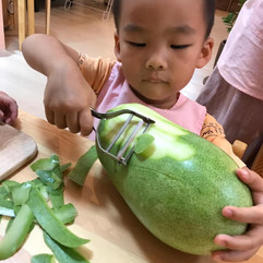 Preparing winter melon soup for lunch.jp