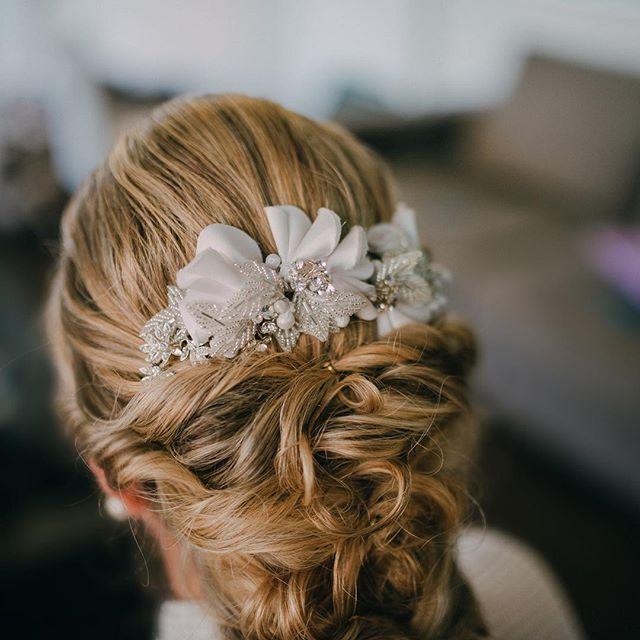 Detalhes do penteado lindo da minha noivinha👰🏼 _amoramaciel 😘 Grinalda _maisquenoiva 🔝❤️