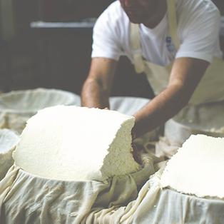 Käsehandwerker. Credits_ Yoni Nimrod auf