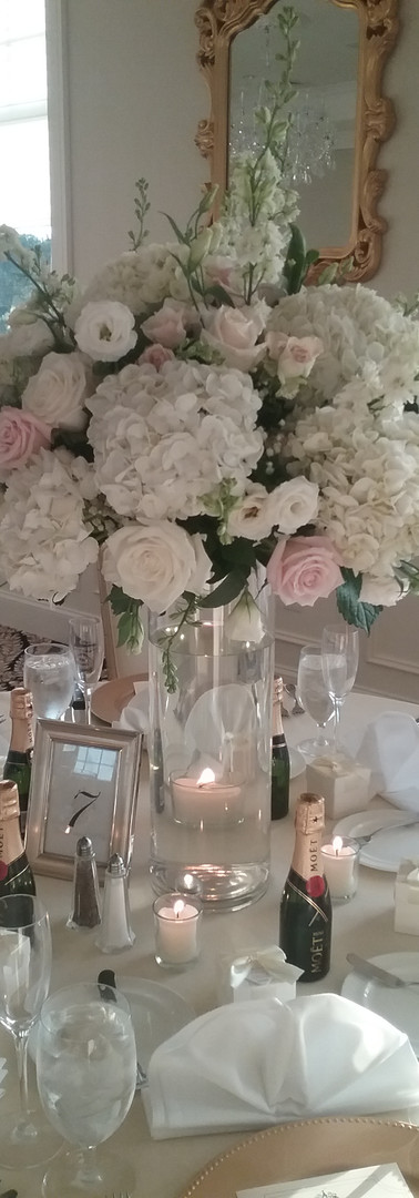 Table Arrangement in white and pink