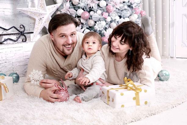 Новогодняя фотосессия семьи с подарками