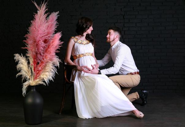 Романтическая фотосессия беременности в фотозоне Сцена Лофт
