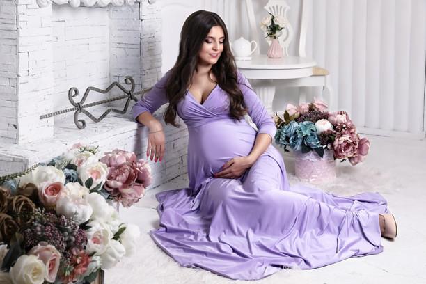 Нежное фото беременности в цветах