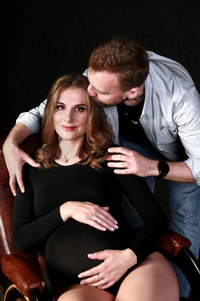 Фотосессия беременности будущих родителей в низком ключе