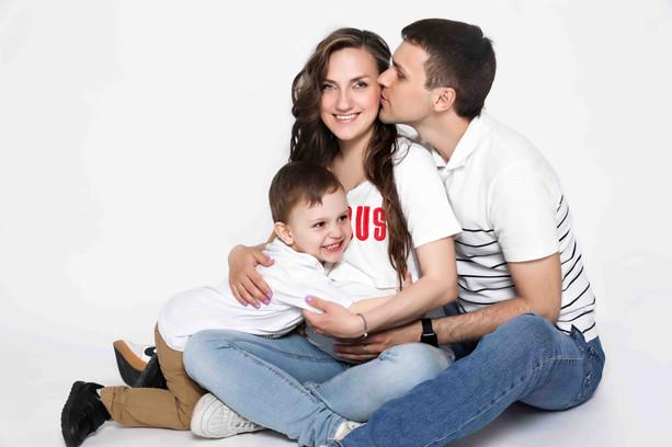 Семейная фотосессия на белом фоне в минимализме