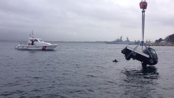 Taranto: cade in mare con l'Apecar