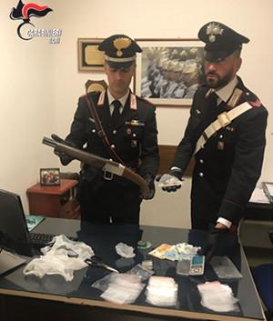 Castellana Grotte: arrestato pusher con un fucile a canne mozze