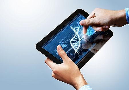 Homem segura tablet que mostra imagem de dna