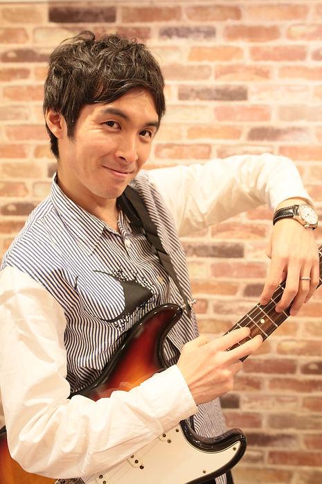こどもギターレッスン講師・浅見出。キッズから大人まで、ギターやウクレレのレッスンはお任せくだsい。