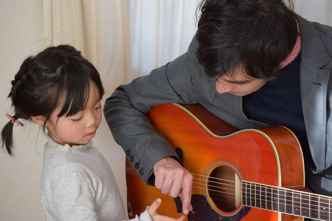 市川市のこどもギター教室です。エレキギター、アコースティックギター、ウクレレ 等幅広く対応いたします!