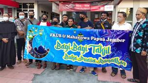 FKUB Jember dan Mahasiswa Papua Jember Bagi-bagi Takjil