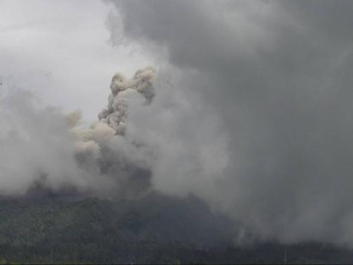 Gunung Merapi memuntahkan awan panas setinggi dua kilometer di atas kawah
