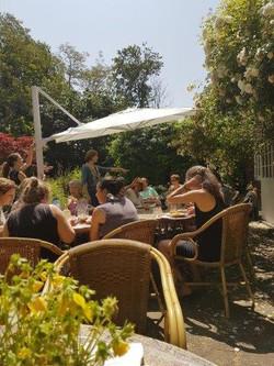 Zeeland retreat buiten eten in de tuin