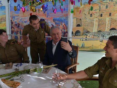 以色列总理在耶路撒冷的Sukkah接待援军,并通过视频链接与他们父母交谈