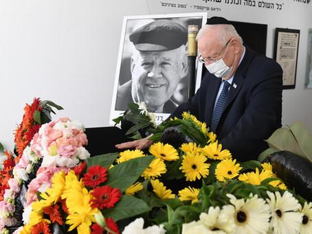 里夫林總統向藝術家達尼·卡拉萬表示了最後的敬意,卡拉萬的棺材被安放在特拉維夫的哈比瑪劇院