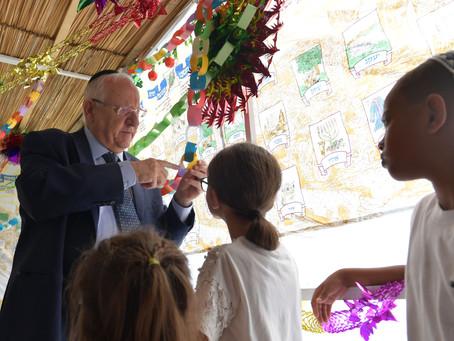 里夫林總統今天裝飾了他的素卡(Sukkah住棚節)