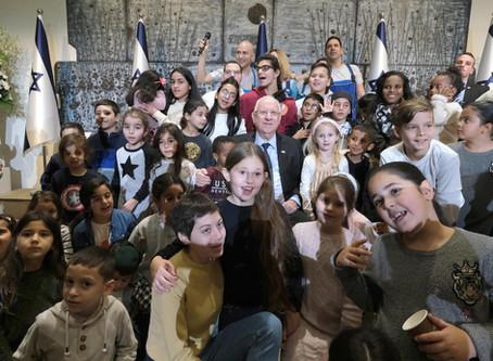 里夫林總統與貝特·哈納西(Beit HaNasi)的孩子以及特殊教育組織的孩子們一起慶祝光明節