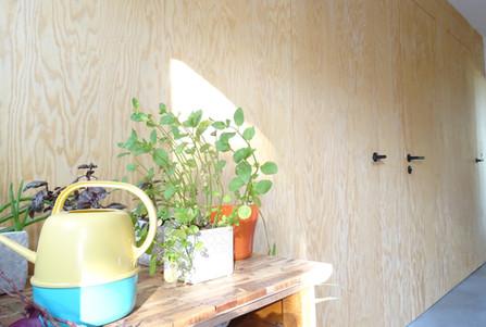 Houten wand blokdeuren multiplex mooi planten