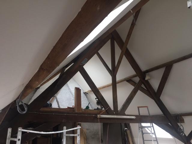 Zolder verbouwing afwerking wit balken dakraam velux fakro