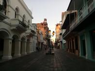 Amanecer en la Calle El Conde desde la calle Meriño