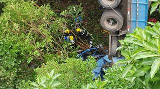 Caminhão cai de ponte em Carlos Barbosa