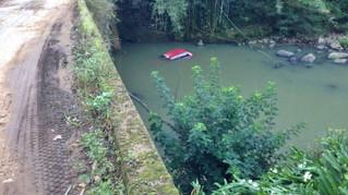 Motorista perde controle de Gol, sai da pista, capota e cai em riacho
