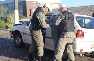 Motorista embriagado bate em outro veículo, foge do local, mas acaba sendo preso pela Brigada Milita