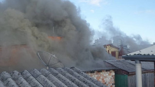Duas casas são atingidas por incêndio no bairro 1° de Maio, em Caxias do Sul