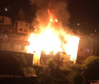 Três residências são destruídas em incêndio no bairro Planalto, em Caxias