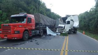 Criança morre após colisão traseira entre carretas na ERS-122, em São Vendelino