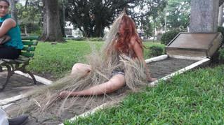 Performance artística causa curiosidade na Praça Rui Barbosa