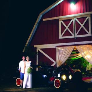 Homem e mulher se casam em celeiro