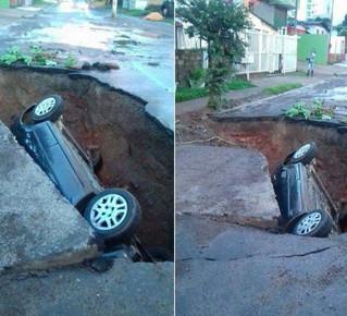 Carro cai em cratera em Gravataí