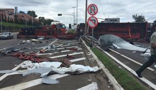 Caminhão tomba e deixa nove feridos na RS-122, em Farroupilha