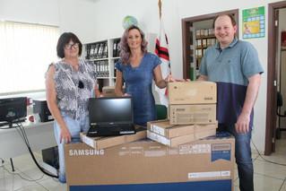 Escolas municipais de Salvador do Sul recebem equipamentos eletrônicos