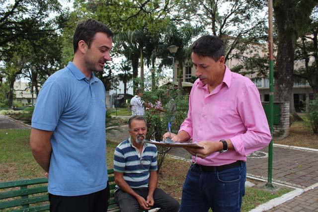 Vereadores arrecadaram, na praça Rui Barbosa, assinaturas contra o pedágio na BR-386