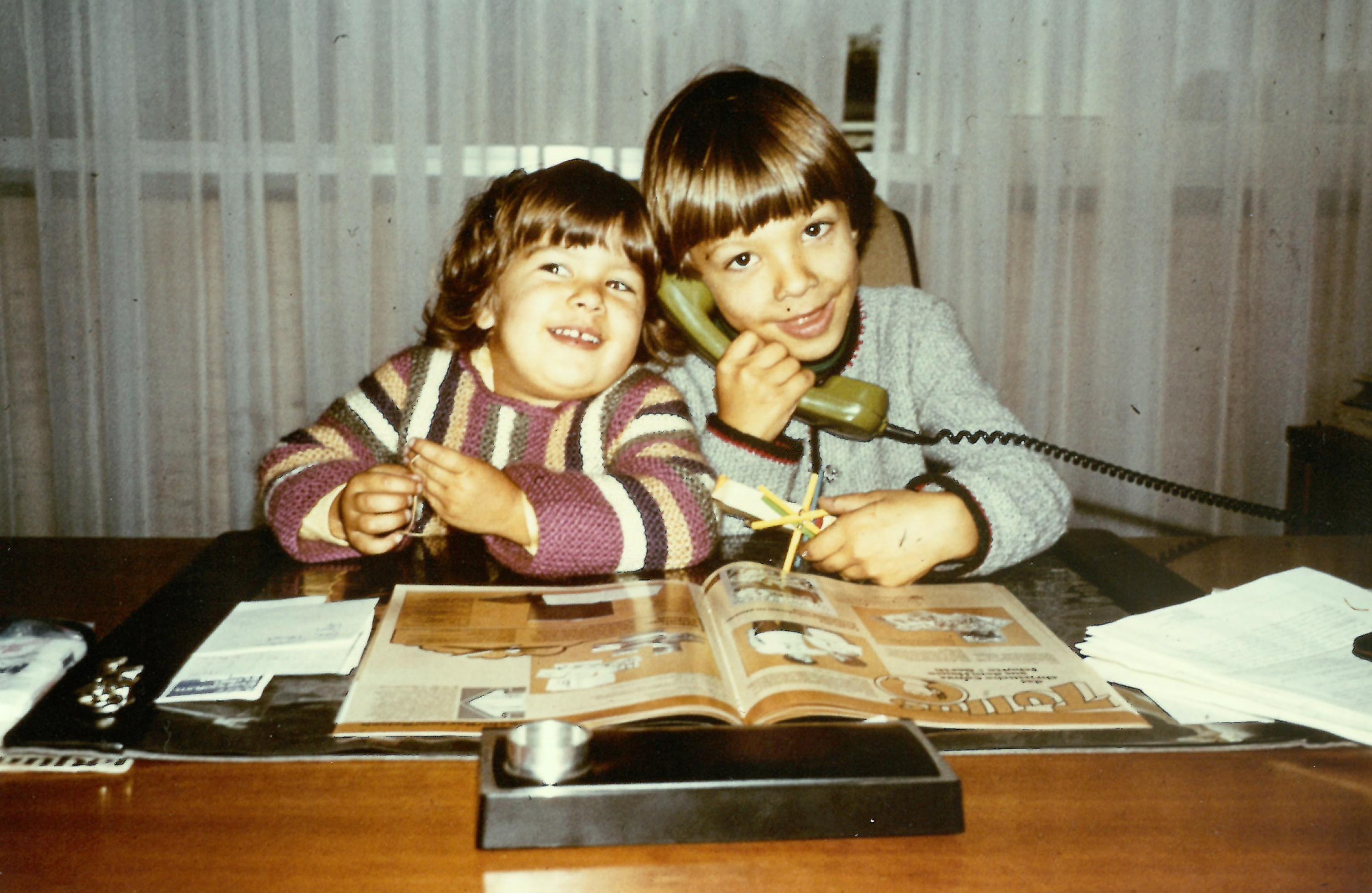 Sarah und Christoph Gerth an Papas Schreibtisch