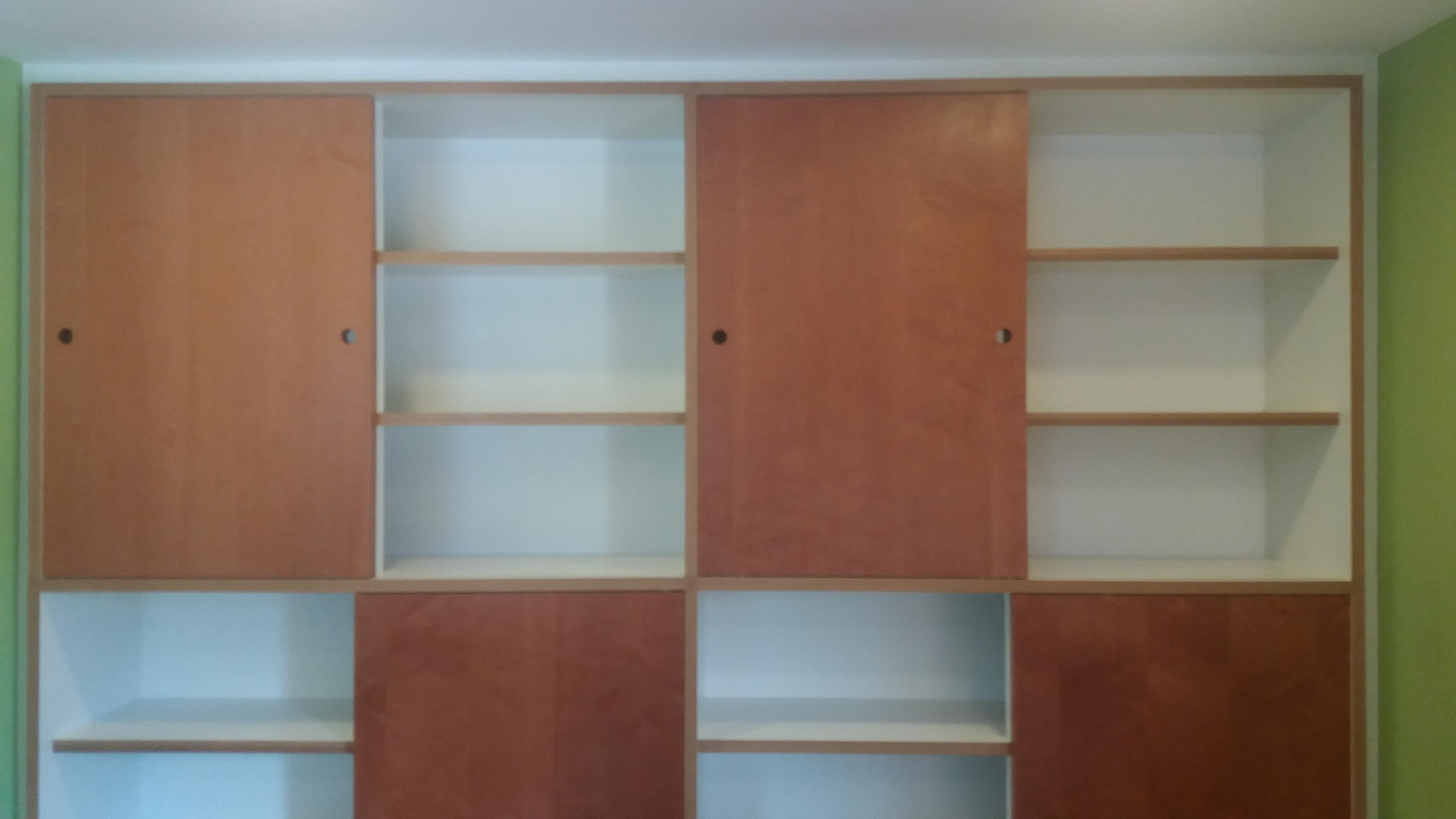 Armário aberto e fechado