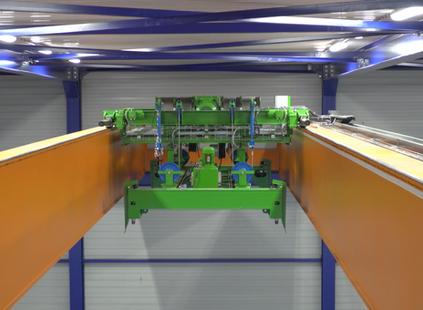 Torsit stellt Brückenkran mit innovativem Container Lift System auf