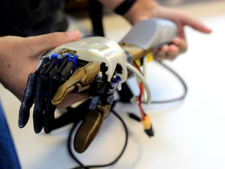 A prótese robótica e as meninas de ouro