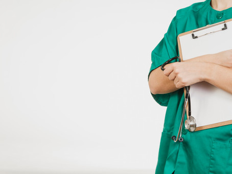 Jornal é condenado a excluir foto de enfermeira associada ao coronavírus de site e redes sociais