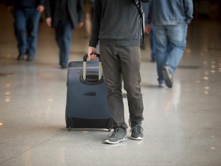 Companhia aérea deve ressarcir e indenizar consumidores por mala extraviada