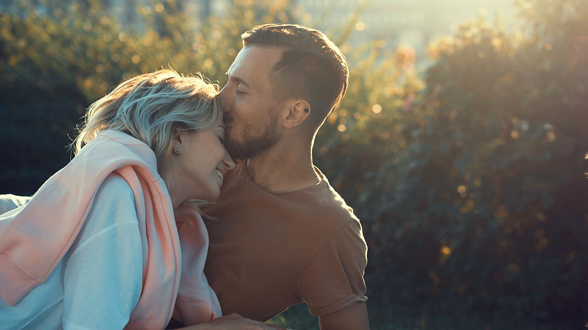 kissing-couple-in-love-P5YF6XK.jpg