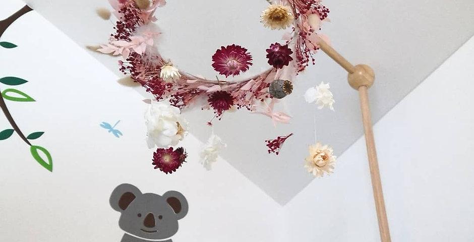 Mobile en fleurs séchées