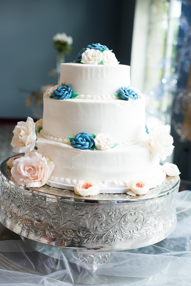 Beautiful wedding cake details.