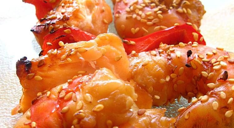 Brochettes de saumon et crevettes marinées