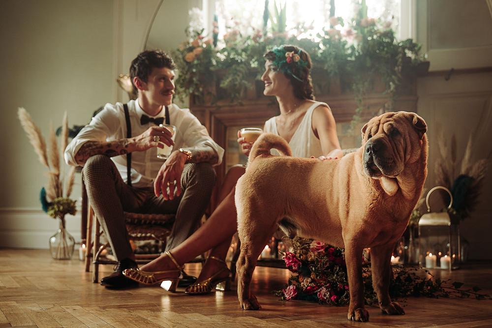 couple de mariés et leur sharpei assis buvant des cocktails pendant leur soirée de mariage, séance d'inspiration années 20 photographe la rochelle