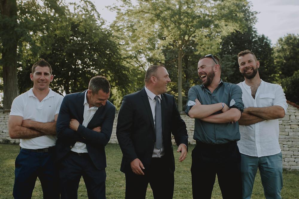 photographe-fun-hommes-groupe-rire-mariage-niort-domaine-de-la-gravette