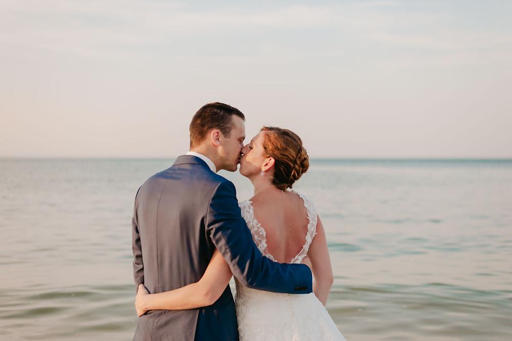 couple qui s'embrasse en bord de mer