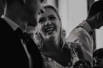 Mariée qui ri, photo en noir et blanc, Photographe Mariage au Domaine de La Tuilerie